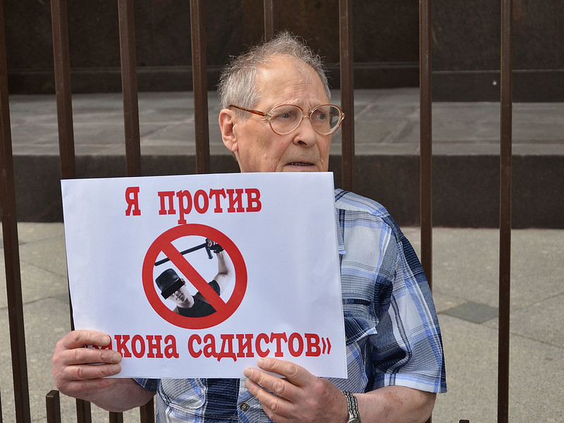 """Sergey Kovalev protesting in Moscow, against the """"law of sadists"""" in 2015"""